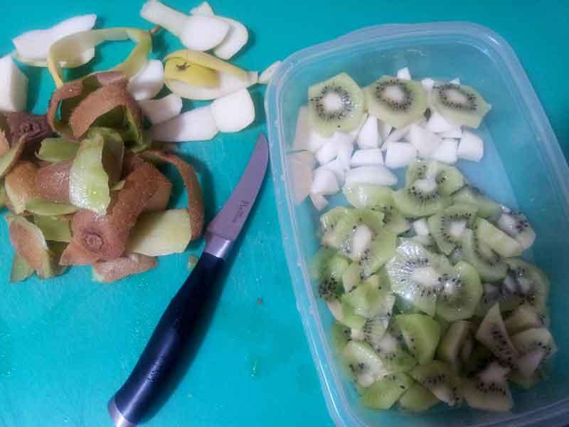kiwi y pera troceada