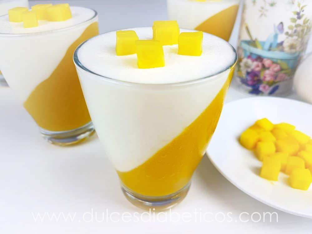 Postre de mango y yogur sin azúcar en vasitos | Dulces