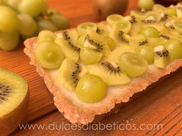 Tarta de kiwi y uva con avena