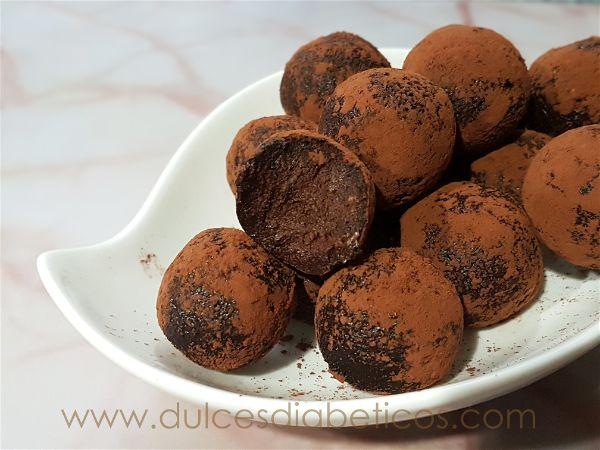 Trufas de platano y chocolate en plato - una mordida
