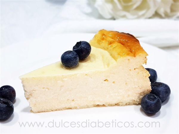 Porcion de tarta de queso y yogur griego